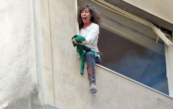 Desesperada. Anahí Salvatore en los momentos de máxima tensión en la ventana del edificio.
