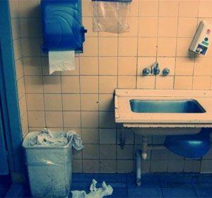 LAs bacterias en un baño público se reproducen
