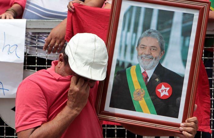 Un militante del PT llora junto a la imagen del ex presidente Da Silva.