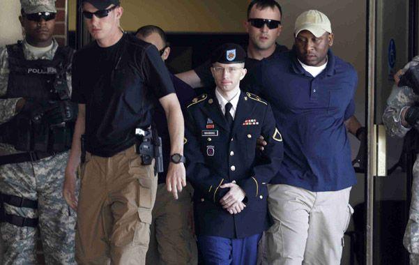 Bajo custodia.  El acusado (centro) sale del tribunal militar en Fort Meade