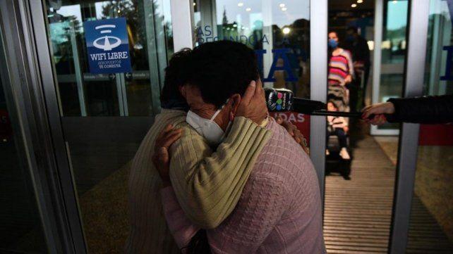 ABRAZO ESPERADO. Uno de los emotivos momentos y reencuentros que se vieron el viernes.