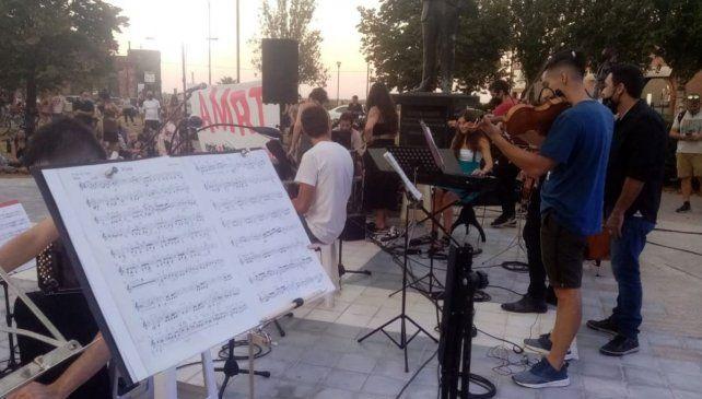 Incluso las actividades artísticas al aire libre están prohibidas desde el 23 de abril en toda la provincia. Los artistas piden que se libere el espacio público y se reabran los espacios culturales con protocolos.