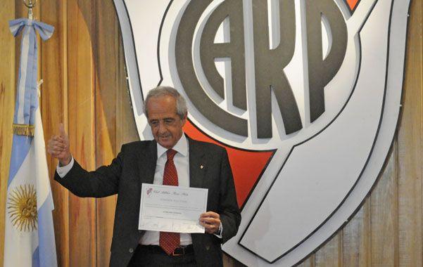 Manos a la obra. El flamante presidente de River saluda a los socios durante la asunción en la confitería del club.
