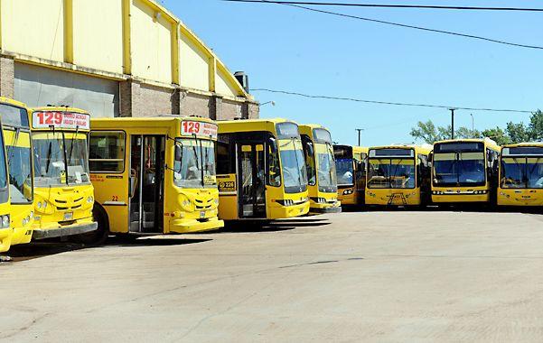 parados. Las 18 líneas urbanas de la concesionaria Rosario Bus no salieron en todo el día de ayer de los galpones.