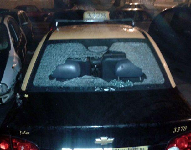 El taxi recibió cuatro impactos de bala.