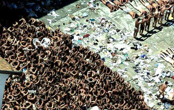 Símbolo del horror. Presos de la cárcel de San Pablo formados luego de ser controlado el sangriento motín. Las instalaciones ya fueron demolidas.