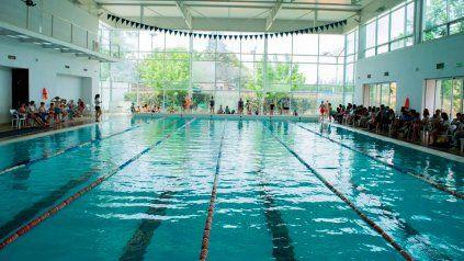 La pileta cubierta durante gran parte del año convoca nadadores del club.