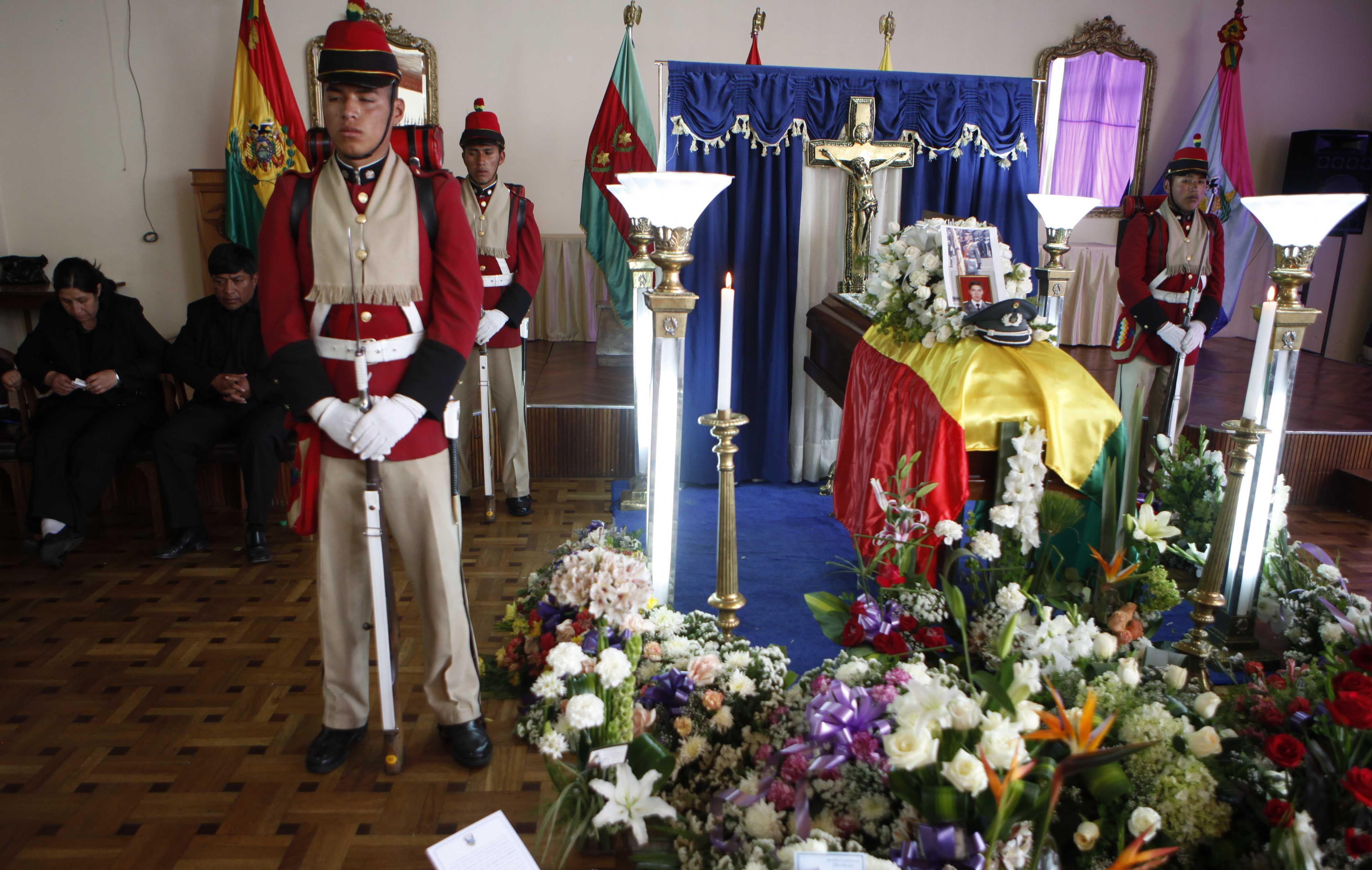 velatorio. Los restos del subteniente muerto eran velados en La Paz.