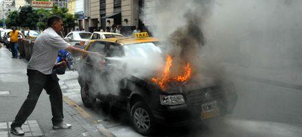Susto frente a La Capital: un taxi se prendió fuego