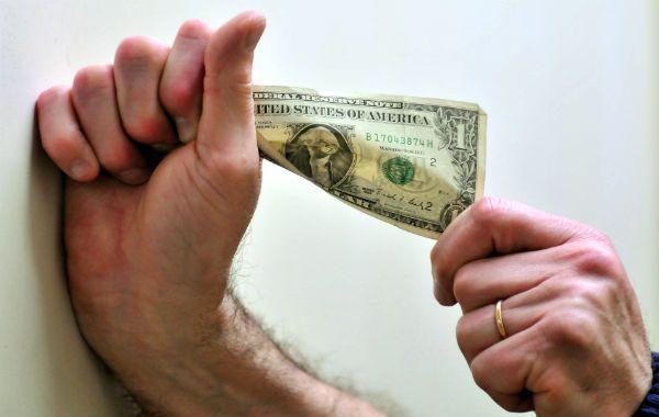 Cuanto cuesta un dólar. La vía de acceso al billete marca su valor.