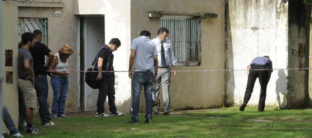 La policía busca evidencias en la zona del crimen. (Foto: Celina Mutti Lovera)