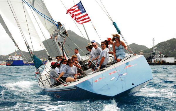 En el lado holandés de Saint Martin se puede jugar a ser un marino y volar sobre el mar a bordo de un velero de 12 metros.