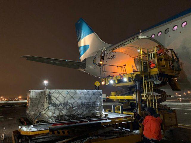 El avión y la carga este viernes a la tarde en el aeropuerto Sheremétievode Moscú.