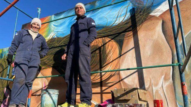 """Andrea Dascanie y Frankin Contreras pintaron más de cien metros cuadrados para darle forma a """"Mujer Universo""""."""