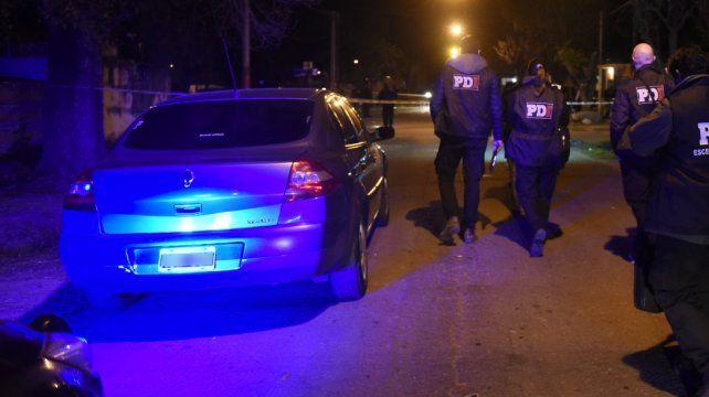 Un muchacho de 17 años murió y una mujer fue herida en una balacera en Ludueña