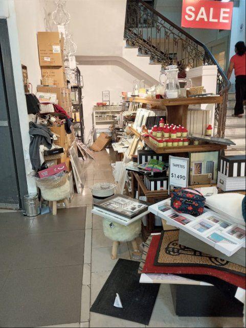 Desaforados por conseguir ofertas en Falabella, tiran mercadería al piso y dejan la tienda hecha un desastre