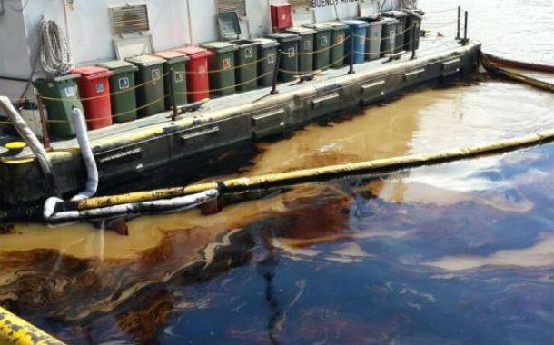 El combustible derramado en la popa del buque. (Foto: sl24.com.ar)