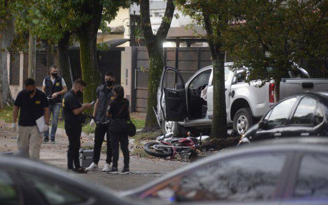 Un hombre al que le habían sustraído dinero persiguió con su camioneta a dos asaltantes que iban en moto y los embistió. Uno murió en el acto