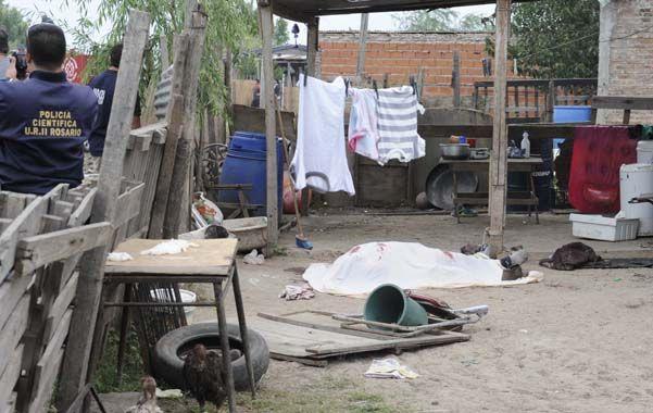 En el patio. El cuerpo de Carriaga quedó delante de una precaria casa.
