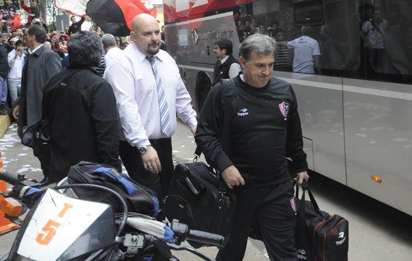 El Tata Martino sube al micro que esta tarde lo llevó al estadio chaqueño. (Foto: N. Juncos)