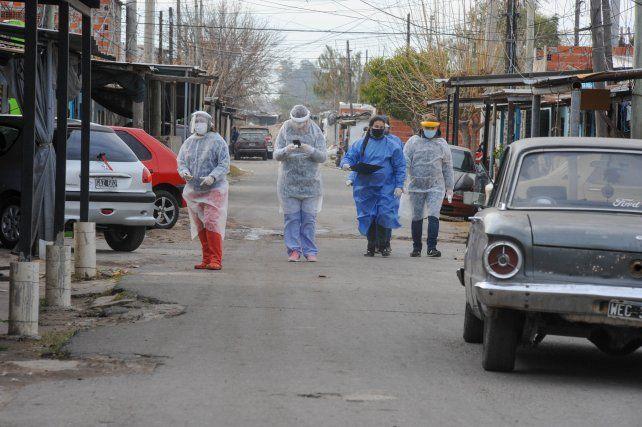 Los equipos del área de Salud del municipio recorren los barrios en busca de casos sospechosos.
