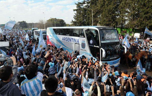 El micro que transportó a los integrantes del equipo argentino desde Ezeiza al predio de la AFA contó con el apoyo de la gente