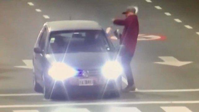 El policía abrió fuego contra el limpiavidrios en la avenida y el incidente quedó registrado por una cámara de seguridad.