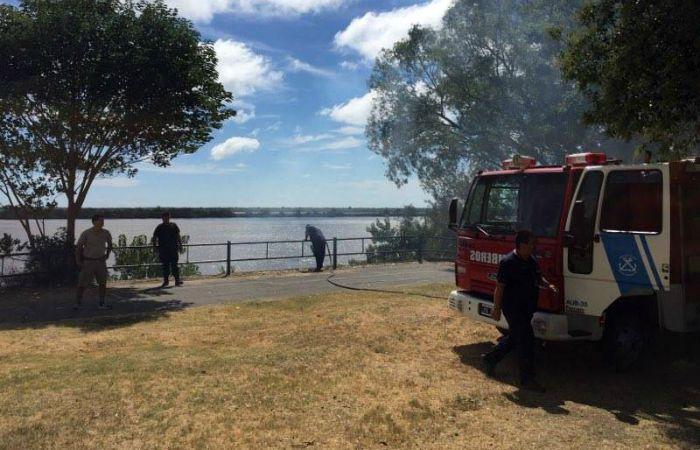 El ascenso del humo comenzó a verse en la zona de Alvear y el río.