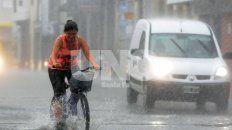 Pasadas las 18, la tormenta llegó a la ciudad de Santa Fe con fuertes ráfagas de viento, mucha cantidad de agua caída en un corto periodo de tiempo y granizo en algunos barrios.