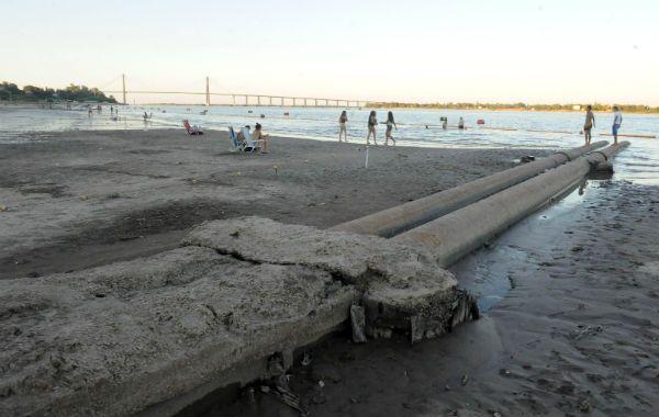 Aparecieron las canerías. En la ribera norte se observan claramente los desagües que apuntan al Paraná.