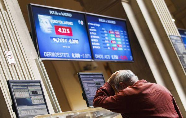 Los mercados no dan tregua. Un corredor reacciona ante los números en rojo de la Bolsa de Madrid.