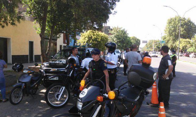 Agentes de la GUM y efectivos policiales realizaron patrullajes en las inmediaciones conduciendo vehículos sospechosos hacia el punto de control.