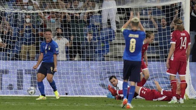 Golazo azzurro. Giacomo Raspadori anotó el tercer tanto de la aplanadora Italia ante Lituania en el estadio Mapei de Reggio Emilia.