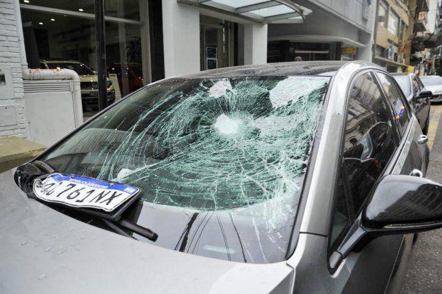 El Volkswagen Golf gris que manejaba Denis Rodríguez al chocar con el policía motorizado.