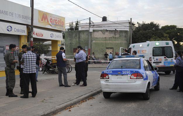 Conmoción. Patrulleros y una ambulancia frente a Marcelo