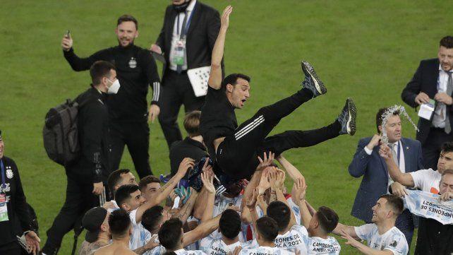 Los jugadores de Argentina levantan al entrenador Lionel Scaloni después de vencer 1-0 a Brasil durante la final de la Copa América en el estadio Maracaná de Río de Janeiro, Brasil, el sábado 10 de julio de 2021 AP Photo / Silvia Izquierdo