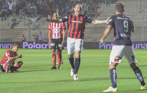 Abrazo de gol. Mauro Matos va al encuentro de Cauteruccio