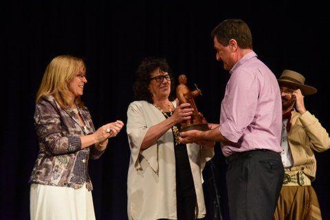 Galardón. Giaccone y Olga Migno entregan el premio a Fiordelmondo.