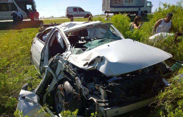 El auto en el que viajaban terminó con serios daños. (Foto: Sebastián Suárez Meccia / La Capital)