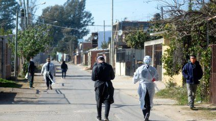 Los equipos de salud están vacunando en los barrios, esta semana fue en barrio Alvear.