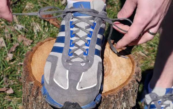 El video muestra la forma correcta para atar los cordones de las zapatillas.