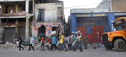 Un nuevo temblor causó pánico a los haitianos que esperan ayudan