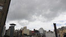 Este viernes arranca con cielo nublado y con alta humedad. Las lluvias volverían el sábado.