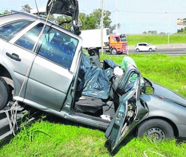 fatalidad. Uno de los vehículos siniestrados en la autopista a Córdoba.