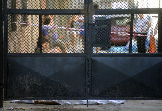 El cuerpo de Héctor Daniel Fleitas quedó tendido tras la puerta de un pasillo de Ituzaingó al 7200.