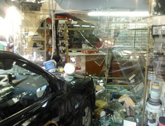 El taxista no pudo frenar antes de estrellarse contra la vidriera de la mercería.
