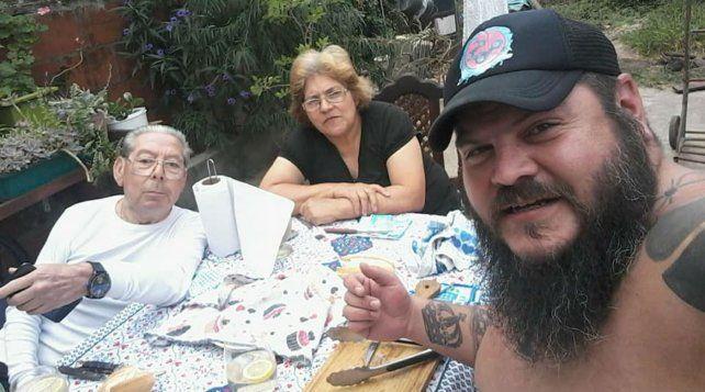 El Oso Cejas junto a sus padres.