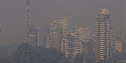 Otra vez la ciudad está envuelta en una intensa humareda que complica la visibilidad
