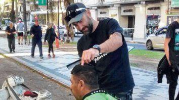EN ACCIÓN. Diego Bufarini cortando el pelo en Salta y Oroño.
