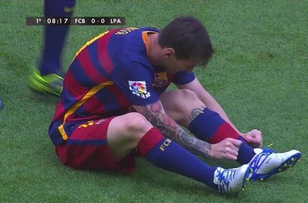 Lionel baja las medias y se dispone a salir del campo de juego. (Foto: Twitter @argentina)
